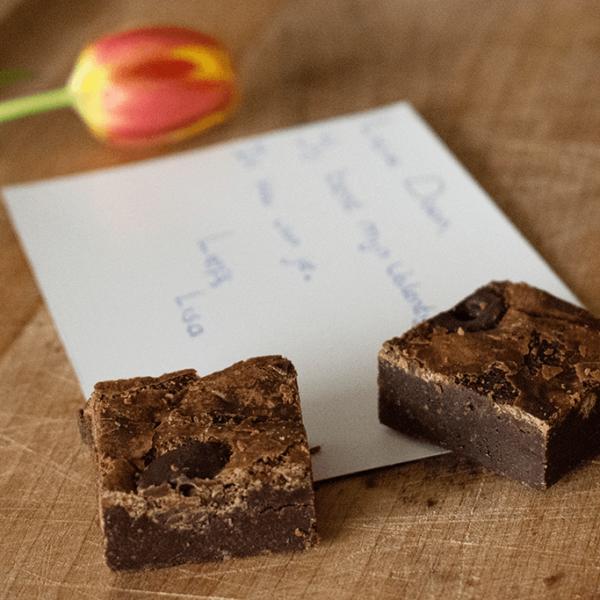 Bij een online bestelling krijg je brownies en een handgeschreven kaart